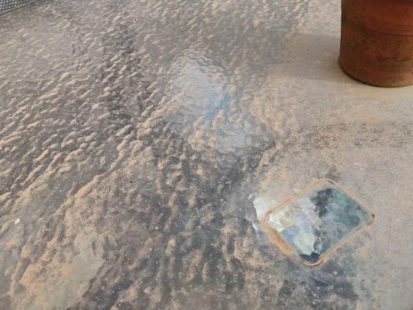 砂雨で汚れたガーデンテーブル